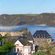 Burg Rheinfels im Nebel