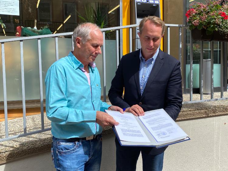 Stadtbürgermeister Falko Hönisch und Geschäftsführer der gemeinnützigen Stiftung Bethesda-St. Martin, Werner Bleidt, zeigen den unterzeichneten Kooperationsvertrag für den Stadtladen St. Goar