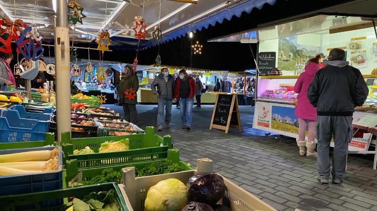Der Wochenmarkt in St. Goar hat sich zu einem beliebten Treffpunkt mit zahlreichen Angeboten, die nur hier zu finden sind entwickelt.